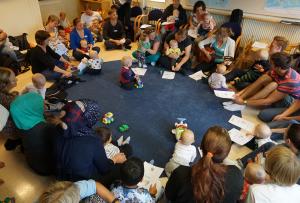 Jenny, gruppledare i Flemingsberg, höll i en sångstund för de minsta