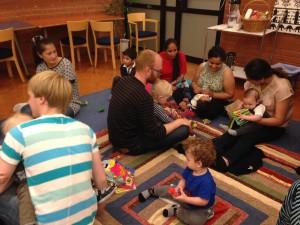 I Tensta träffades mammor och pappor från alla världens hörn för att sjunga och lära känna varandra.
